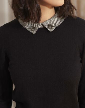 Zwarte trui met sieraden aan de hemdkraag baron noir.
