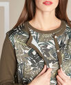 Khakifarbene Strickjacke im Materialmix mit Blätterprint Nature PhotoZ | 1-2-3