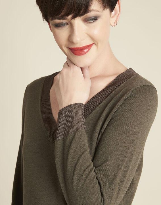 Khakifarbener dünner Pullover mit V-Ausschnitt Bergamotte (3) - 1-2-3