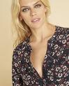 Marineblauwe blouse met print en vetergaten aan de halsopening Clarisse (3) - 37653