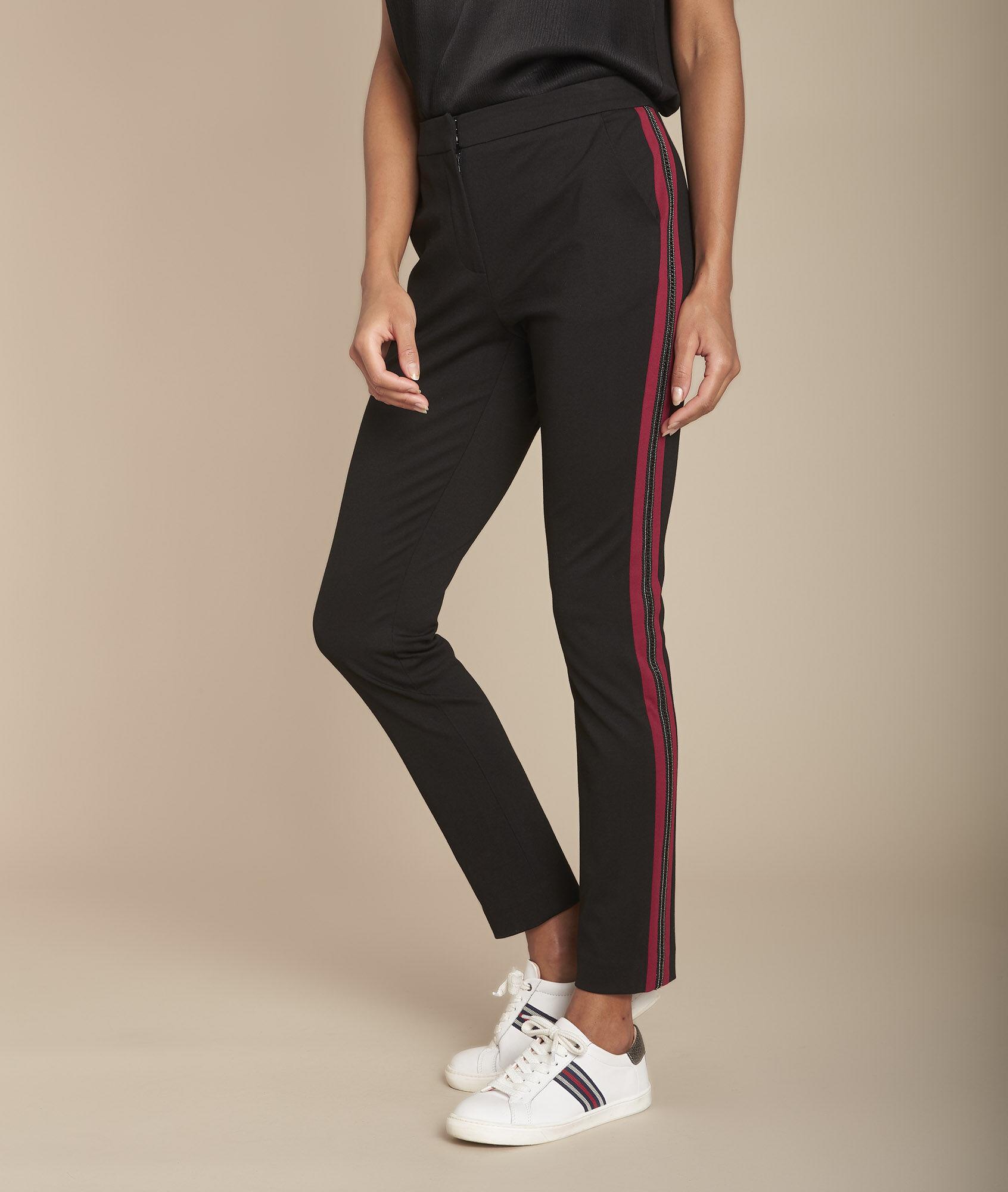 Schwarze, kurz geschnittene Hose Milano mit originellem Streifen Elane