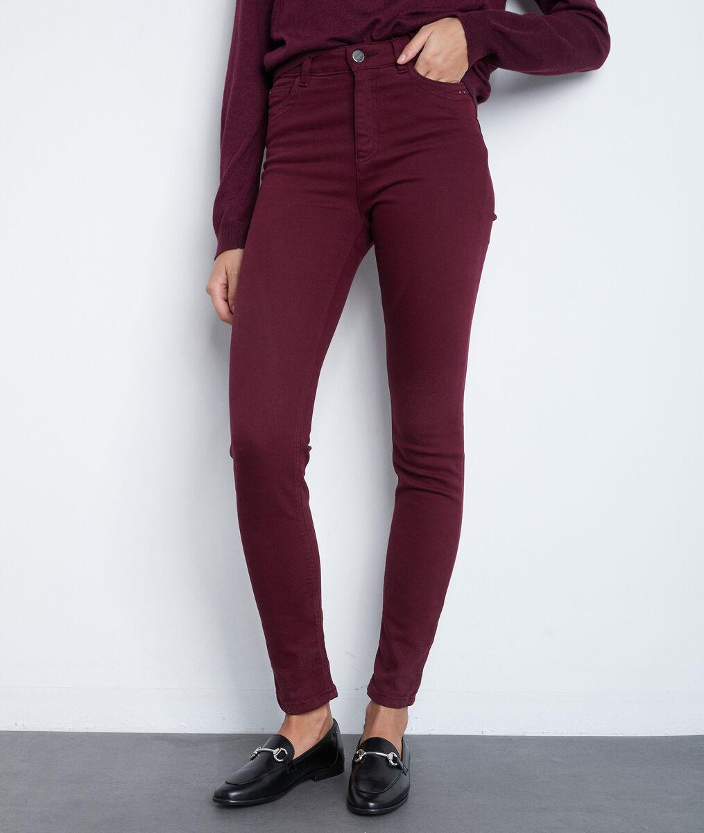 De iconische bordeaux slim-fit jeans van biologisch katoen Suzy  PhotoZ | 1-2-3