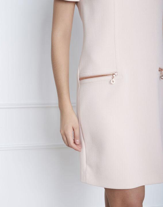 Gerade geschnittenes, puderfarbenes Kleid mit Reißverschlusstaschen Legende (3) - Maison 123
