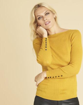 Okerkleurige trui van dun tricot met knopen aan de mouwen bassus ocre.