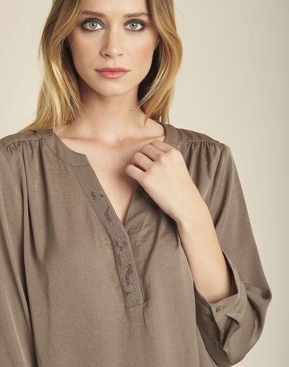 Khakifarbene Bluse mit Tunika-Kragen und Perlen am Ausschnitt Cassy (3) - 1-2-3