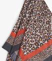 Carré de soie rouge imprimé léopard Felin PhotoZ | 1-2-3