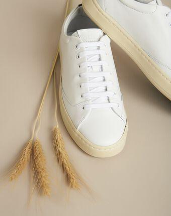 Baskets blanches en cuir gravière blanc.