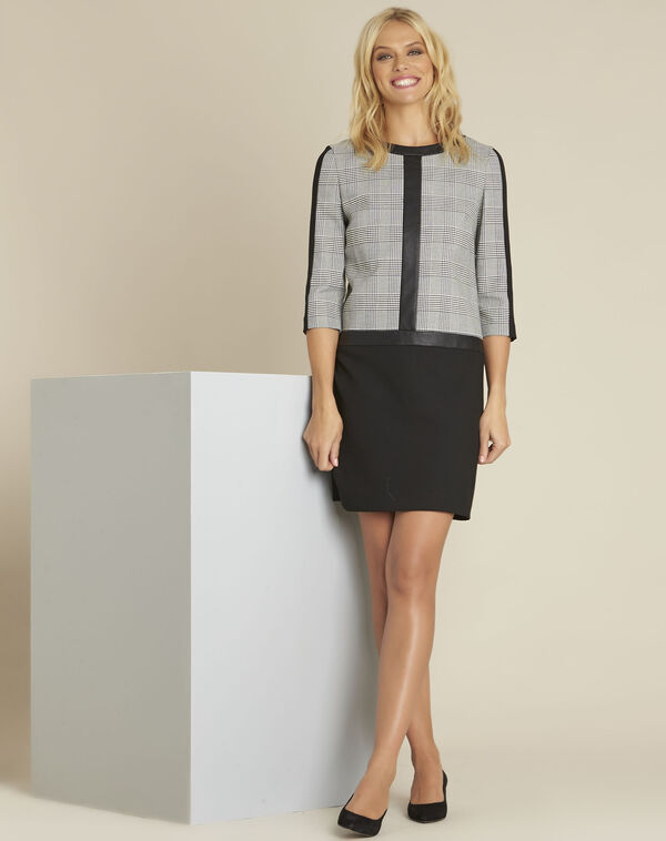 Schwarzes Kleid aus Bimaterial mit Druckmuster Demy (2) - 1-2-3