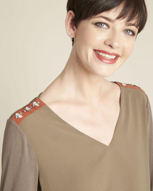 Kakifarbene Bluse aus Bimaterial mit Schmuckdetails an den Schultern Coralie (2) - 1-2-3