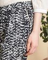 Schwarz-weiße Hose mit Print Samy (1) - 1-2-3