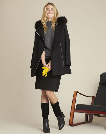 Zwarte wollen mantel met kraag in de stijl van een perfecto noir.