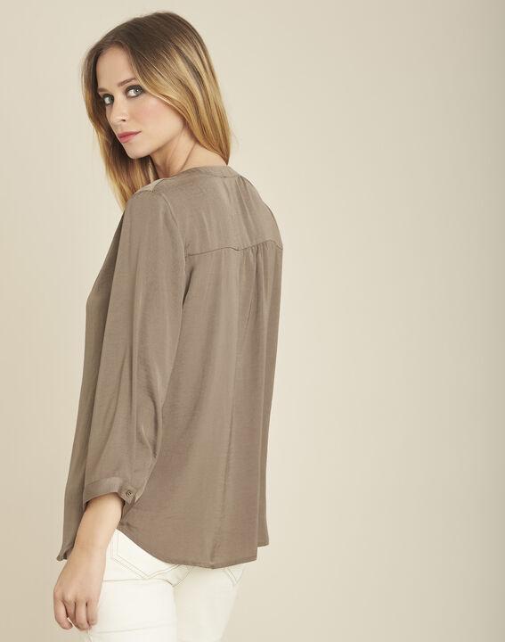 Khakifarbene Bluse mit Tunika-Kragen und Perlen am Ausschnitt Cassy (4) - 1-2-3